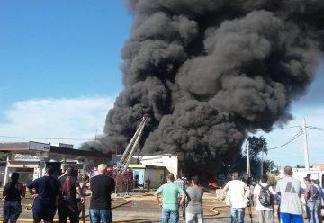 Bomberos combaten un gran incendio en deposito de aceites