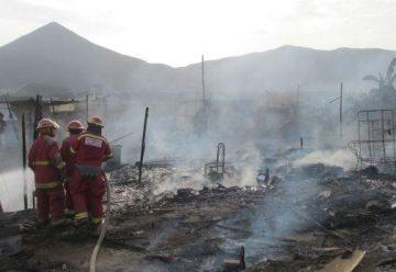 El fuego calcina 30 ranchos en Chimbote