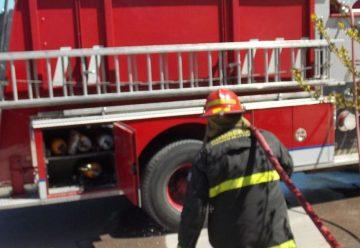 Quemaron un auto y su dueño impidió el trabajo de bomberos