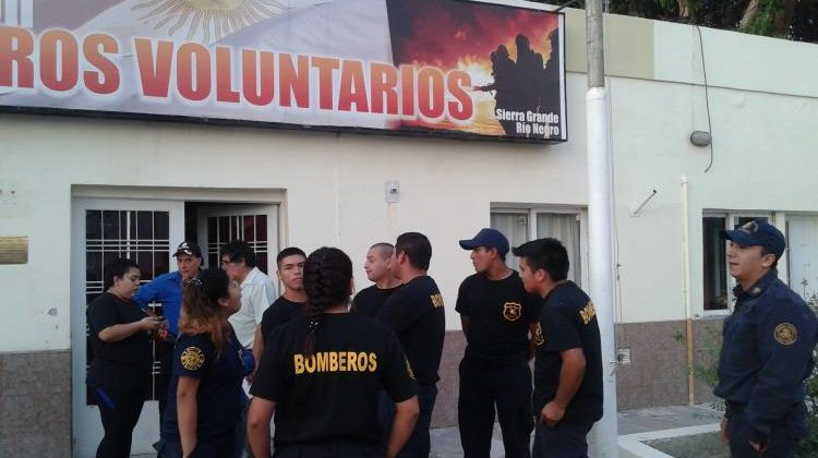 Bomberos de Sierra Grande levantaron la toma del cuartel