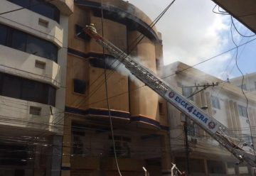 200 bomberos logran controlar incendio en el centro de Guayaquil