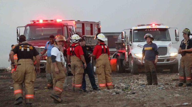 Batallan los bomberos contra fuego en vertedero de Vega Baja