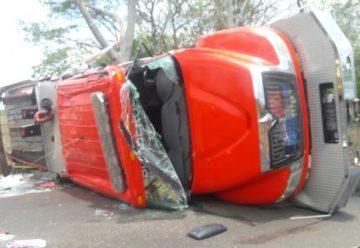 Cuatro bomberos heridos tras vuelco de carro de extinción
