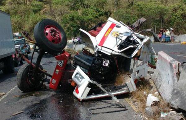 Dos bomberos voluntarios mueren al chocar su unidad
