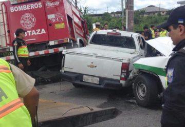 Una motobomba de bomberos choca contra cuatro autos en Puyo