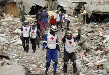 Bomberos colombianos critican los trabajos de rescate en Ecuador