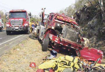 Dos bomberos resultan heridos tras vuelco de unidad