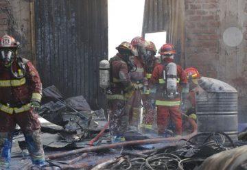 Dos bomberos heridos en incendio de fábrica de plásticos