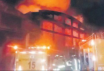Incendio de gran magnitud consume varios depósitos de planta industrial en Capiatá