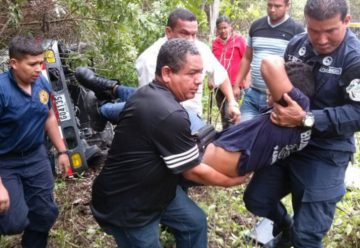 Tres bomberos resultan heridos tras volcar su unidad