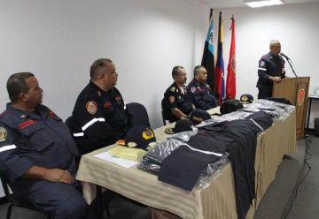 Dotan a los Bomberos de Maracaibo con uniformes nuevos