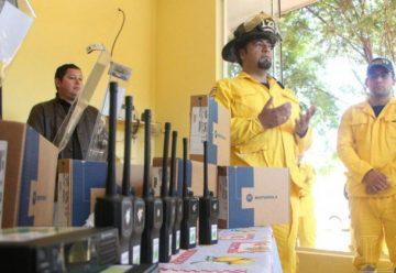 Consulado dona equipos a bomberos en Minga Guasu