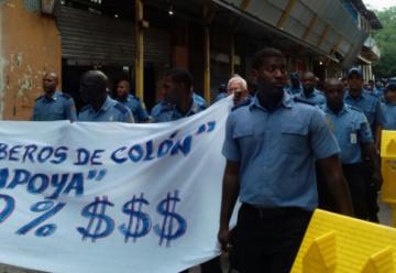 Bomberos protestan hacia la Presidencia piden utensilios y aumento salarial