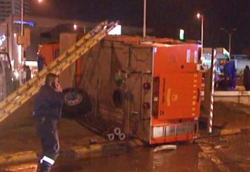 Un camión de Bomberos chocó contra un auto y volcó