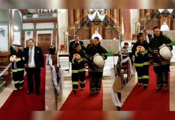 Se enamoraron en el cuartel y se casaron vestidos de bomberos