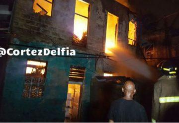 Incendio consume caserón y deja dos bomberos heridos