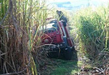 Maquinaria rescata carro de bomberos