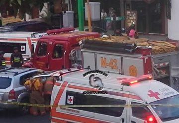 Dos bomberos heridos tras colisión de vehículo contra unidad extintora