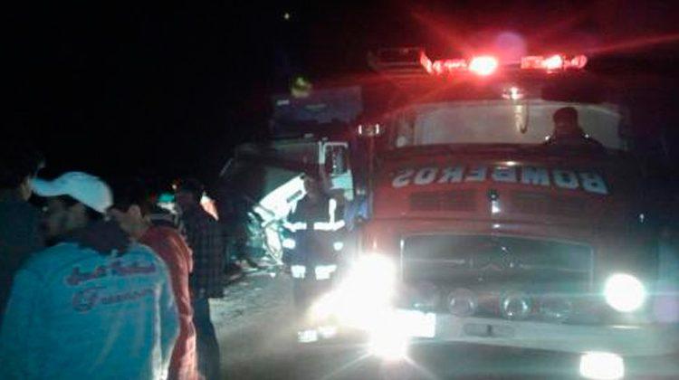 Colisiona contra camión de bomberos en accidente