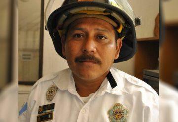 Rescatan con vida a bombero arrastrado por correntada