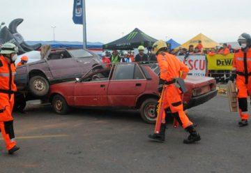 Bomberos demuestran destrezas en rescate vehicular