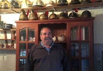 Tras 40 años de servicio, armó un museo de bomberos en su casa