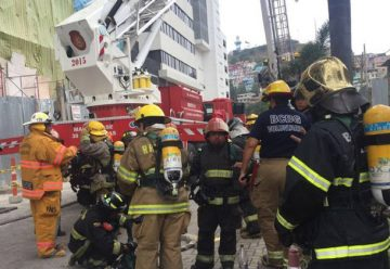 Bomberos de Guayaquil prueban destrezas simulando incendio