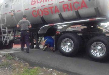 Cisterna de Bomberos queda 'pegado' en línea del tren