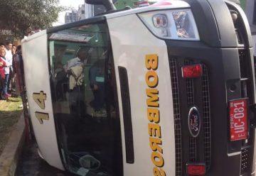 Ambulancia de bomberos vuelca tras ser chocada por camioneta
