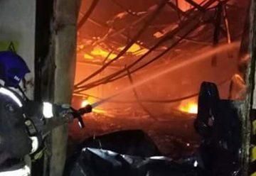 Dos bomberos lesionados deja incendio que afectó a frutícola
