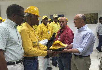 Entrega de equipos de protección personal a bomberos forestales