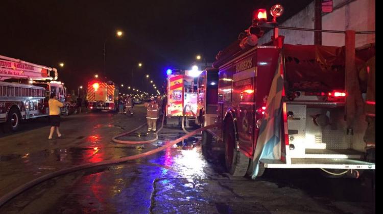 Bomberos controlaron incendio en una recicladora en Guayaquil