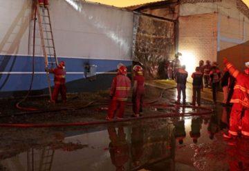 Incendio consume fábrica de pinturas en Peru