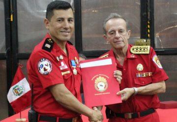 Condecoran a bombero Peruano por actuacion en tragedia aerea en Colombia