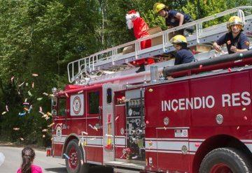 Papá Noel y los bomberos regalaron más de 1400 kilos de caramelos