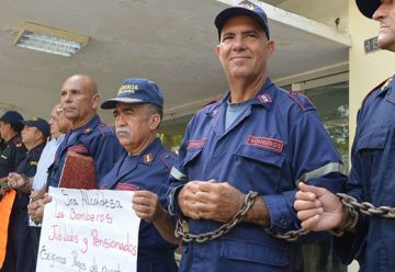 Bomberos se encadenan exigiendo derechos laborales