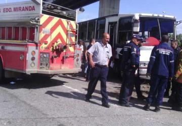 Ocho heridos al chocar camión de Bomberos y buseta enGuatire