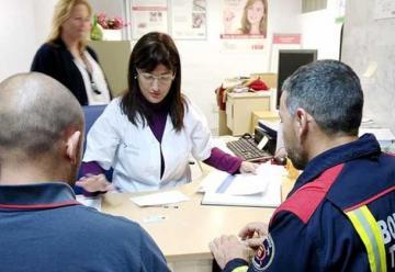 Los bomberos acuden a donar sangre al hospital de la Candelaria
