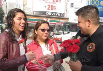 Bomberos de Nuevo León regalan flores por San Valentín