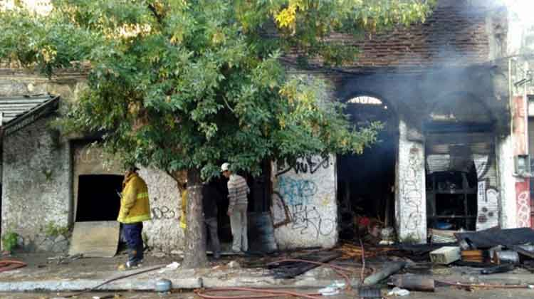 Incendio generalizado afectó muebleria en Uruguay