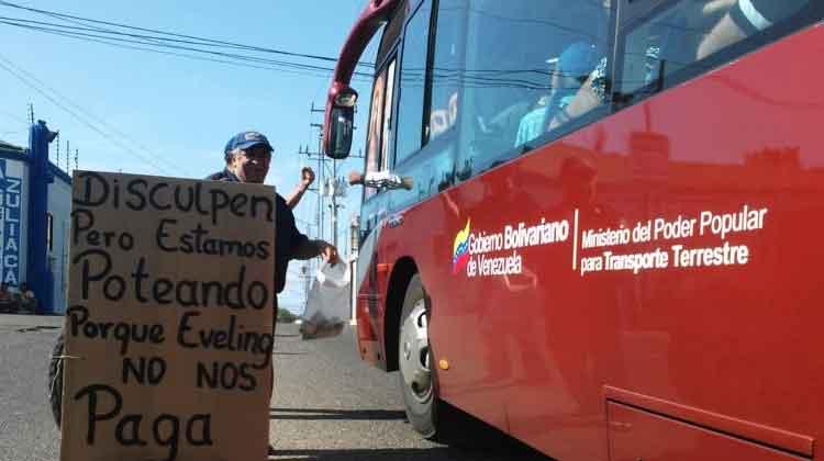 Bomberos de Maracaibo piden en la calle para comer