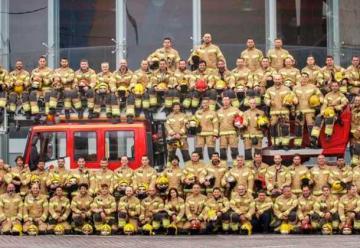 Los bomberos posan con su nuevo uniforme