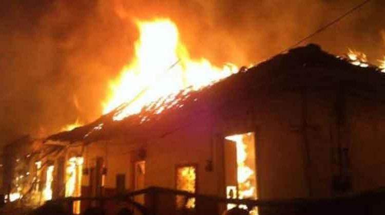 Bomberos atienden impresionante incendio en Salamina