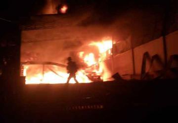 Incendio de grandes proporciones consume fábrica