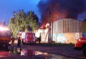 Bomberos combaten un incendio en un depósito en Quilmes