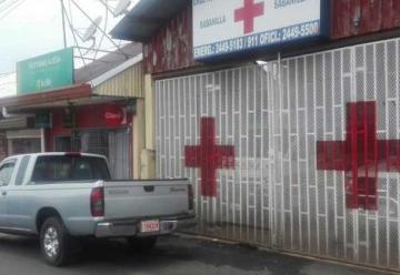 Conductores estacionan frente a estaciones de Bomberos y Cruz Roja