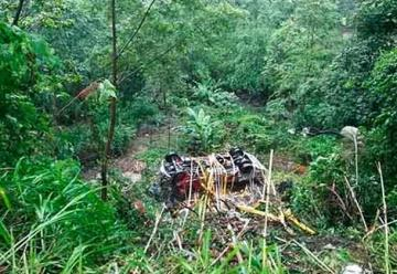 Unidad de Bomberos cae por barranco en guindo