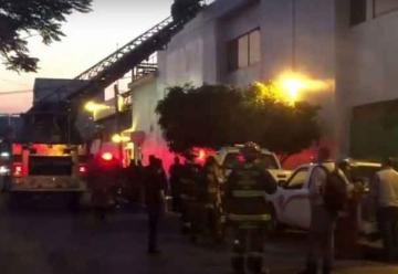 Fábrica impide ingreso a bomberos durante incendio