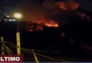 Incendio en fábrica movilizó a 20 unidades de bomberos