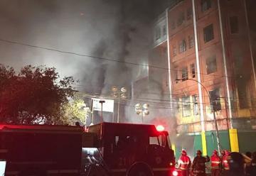 Bomberos luchan para controlar incendio por más de 15 horas